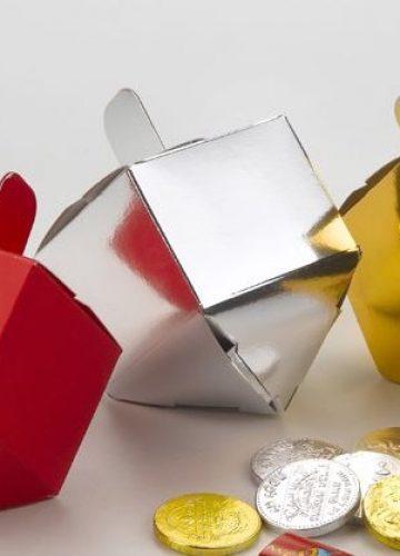 לא לילדים בלבד: איך בוחרים מתנות לחנוכה?